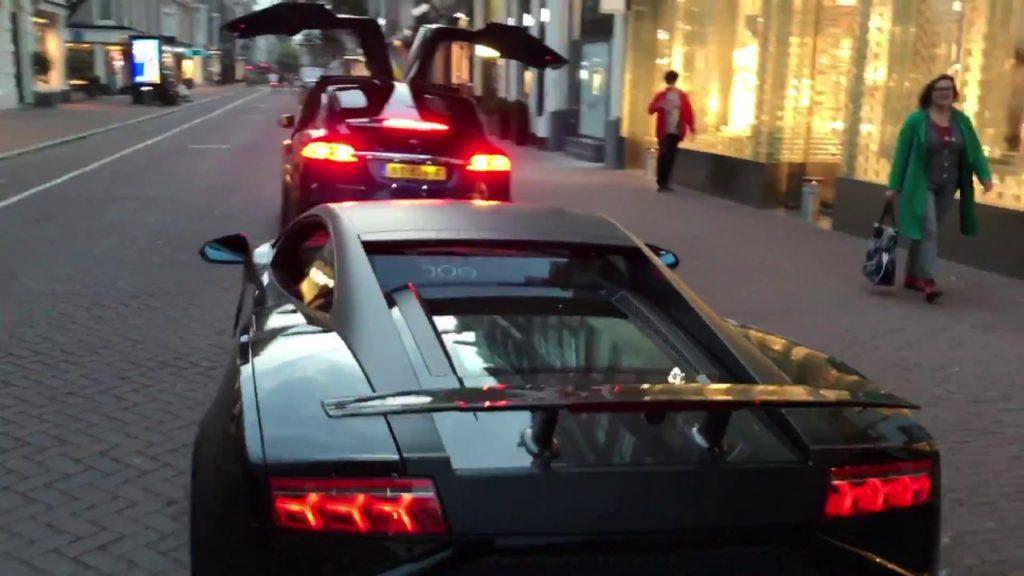 Un Tesla Model X vole la vedette à une Lamborghini