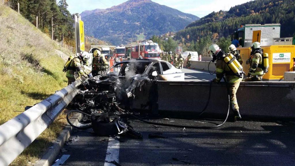 Les pompiers interviennent sur une Tesla Model S en feu