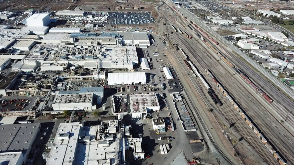 Images d'un drone survolant la Tesla Factory et ses Model 3