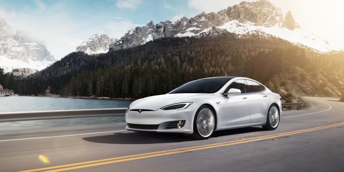 Tesla Model S Montagne Neige