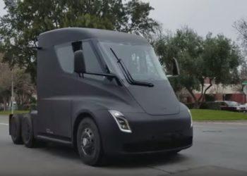 Un prototype du Tesla Semi aperçu dans la rue