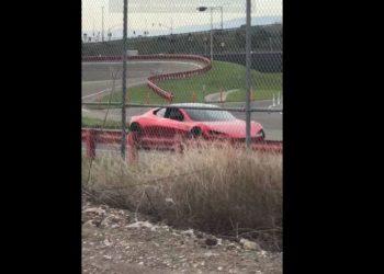 Le nouveau Tesla Roadster aperçu sur une piste d'essai de l'usine de Fremont