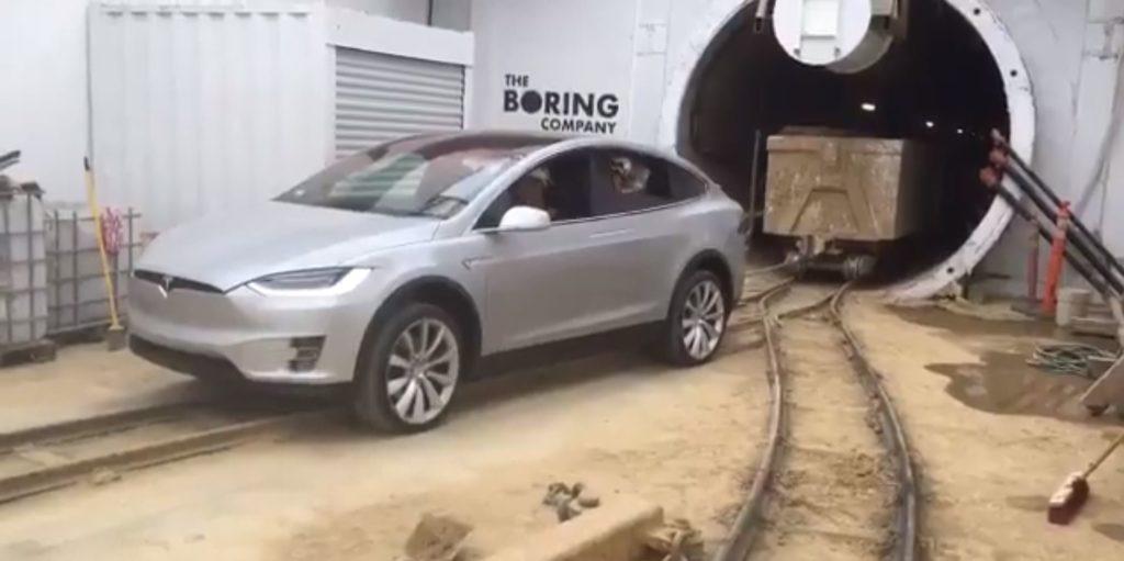 Le Tesla Model X tracte 113 tonnes de déchets d'un tunnel de la Boring Company.