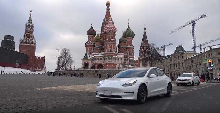 La première Tesla Model 3 de Russie devant la Cathédrale Saint-Basile de Moscou
