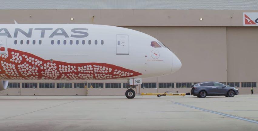 Le Tesla Model X peut tracter un avion Boeing 787-9 Dreamliner