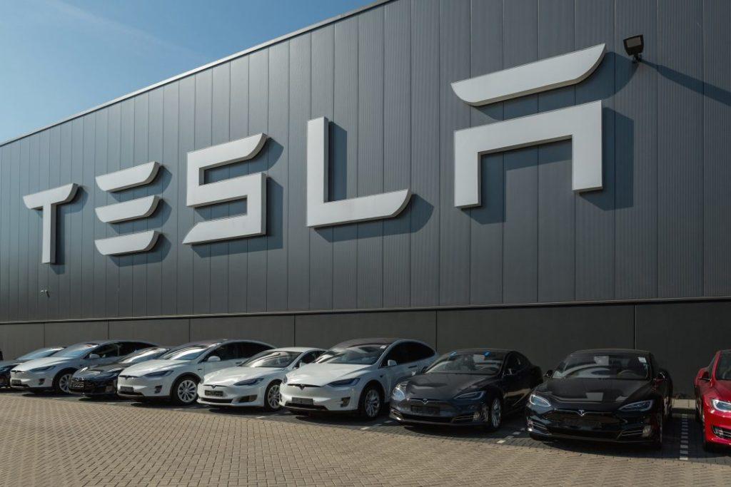 Tesla licencie environ 4 000 salariés